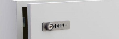 immagine di anta in legno con serratura a combinazione